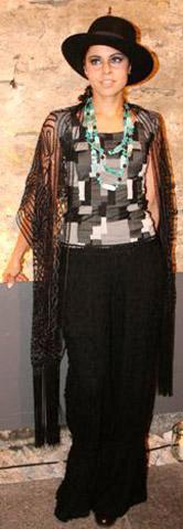 Schlaghose aus schwarzem Strick mit elastischem Fransenoberteil (2)